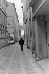 Castres (II) (laetitia.delbreil) Tags: film filmphotography analogue argentique análoga analogica castres france monochrome monocromo noiretblanc blackandwhite bn nb bw ishootfilm fimisback filmisawesome ifeelfim filmisback filmisnotdead manwithdog streetphoto ifeelfilm jesuisargentique analogsoul slr reflex singlelensreflex fixedfocallength pentacon prakticab200 35mm prakticar50mm118 rolleirpx400 iso400 street aroundme vintagecamera