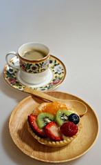 2018 Sydney: Fruit Tart (dominotic) Tags: 2018 food fruit coffee dessert cake mixedfruittart coffeecupandsaucer coffeeobsession yᑌᗰᗰy pastry mandarin strawberry blueberry kiwifruit raspberry circle coffeecup thecoalportmuseumhistoriccoffeecupcollectionrosesandpoppies sydney australia