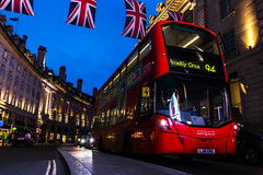 on Tour (tan.ja1212) Tags: bus london piccadilly circus england strase flaggen unionjack häuser flag street houses abend evening blauestunde
