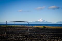 Idioma universal (Joaco_A) Tags: futbol paisaje landscape volcano volcan volcanosorno lagollanquihue llanquihue lake surdechile patagonia arco red azules cielo bluesky totora junquillo playa arena