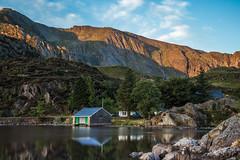 That Boathouse on Llyn Ogwen. (Ade McCabe) Tags: northwales llynogwen ogwenvalley wales light morninglight dawn snowdonia water lake llyn mountains
