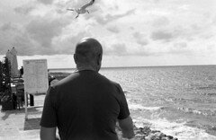 Sea people on the seaside (antonio.secondo) Tags: minolta pancro analog analogphoto berggar blackandwhite film filmphotografy landscapes italy