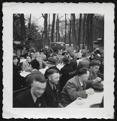 Archiv P293 Kaffee im Freien, Braunschweig, 1930er (Hans-Michael Tappen) Tags: archivhansmichaeltappen kaffeetasse kaffee hut hüte outdoor fotorahmen autos kleidung outfit brillenträger frauen männer drittesreich pferdewagen frisur haarschnitt 1930s 1930er