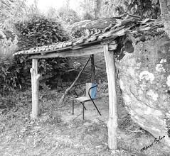 Águas Frias (Chaves) - ... a cadeira azul ... (Mário Silva) Tags: aldeia águasfrias chaves portugal trásosmontes ilustrarportugal madeinportugal lumbudus máriosilva 2018 julho verão pb cadeira azul