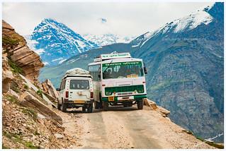 Narrow roads en route Rohtang Pass from Kunzum La