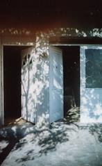 (marcataldi) Tags: puertas sombras arboles casa hogar