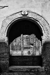 (gillesgilles2) Tags: blackwhitepassionaward médiéval ancien village porte