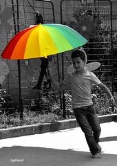 comme un air de comédie musicale (quentinmirabelle) Tags: portrait en pied enfant garçon noir blanc nb bw black white monochrome couleur parapluie parasol instantané comédie musicale