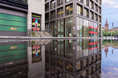 Pfütze in der Jüdenstraße (Pascal Volk) Tags: berlin mitte jüdenstrase berlinmitte 15mm cenagal puddle pfütze charco spiegelung reflexion reflection reflexión reflejo réflexion wasserspiegelung reflexióndelagua waterreflection wideangle weitwinkel granangular superwideangle superweitwinkel ultrawideangle ultraweitwinkel ww wa sww swa uww uwa canonpowershotg1xmarkiii dxophotolab