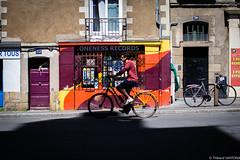 Nantes - Juin 2018 (Maestr!0_0!) Tags: nantes rue street color couleur rouge orange jaune bike biking people candid france canon eos 6d 50mm f12