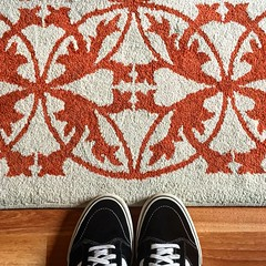 Sale d'aspetto (Suite116) Tags: waiting vans shoes feet foot tappeto carpet waitingroom attesa attendere orange lounge saladaspetto saladattesa anticamera scarpe piedi instagram lomo lomography stringhe strings