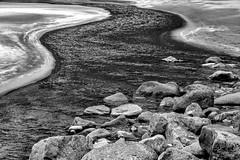 (Femme Peintre) Tags: rot gjöfk färöer bucht natur outdoor sand steine schwarzweis