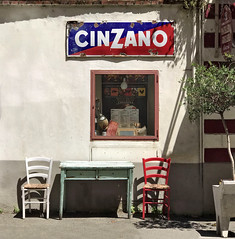 Cinzano ! (Jolivillage) Tags: jolivillage arezzo toscane tuscany toscana italie italia italy europe europa bar café osteria table tavola chaises chairs fenêtre finestra window publicité old picturesque geotagged