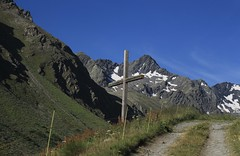 arrivée à l'alpage de Fournoutze (bulbocode909) Tags: valais suisse bourgstpierre valdentremont combedesplanards chemins croix montagnes nature paysages neige vert bleu alpagedefournoutze