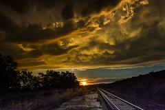Pasajeros con destino a... (Paco Fuentes Vicario) Tags: country campo wild railroad ferrocarril eos canon tamron light sunset sky atardecer ocaso orange nature sun clouds nubes landscape sol paisaje cielo hierba luz