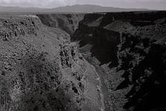 Rio Grande (bingley0522) Tags: leicaiiic leicasummaron35mmf35ltm xp2 riogrande riograndegorge taos newmexico southwest autaut