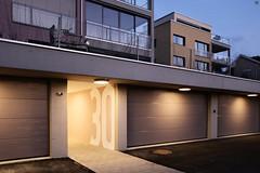 Eingang (Demarmels) Tags: architektur architecture gestaltung eingang hauseingang haus gebäude wohnhaus mehrfamilienhaus mfh beleuchtung nacht abend abendstimmung licht schatten farben farbkonzept baupartnerag schochbaupartnerag tobiasdemarmels