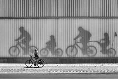 Radtour (Deinert-Photography) Tags: frau streetfotografie deutschland flickr überseestadteuropahafen street schwarzweis bremen radfahrer fujifilmx100f blackwhite schwarzweiss citylife hb hansestadt streetart streetphoto streetphotography ubanphotography urban woman