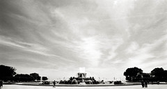Sky and Fountain (johnlishamer.com) Tags: 2018 35mm buckinghamfountain ilfordfp4125 lishamer nikonf3 slr chicagoil family film johnlishamercom rodinal summer