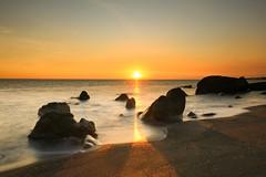 夕與汐⋯⋯枋山鄉(Tide and sunset ⋯⋯Fangshan township)。 (Charlie 李) Tags: 台一線 枋山鄉 海岸 巨石 石頭 夕色 潮汐 夕陽 canon rock taiwan pingtungcounty sea tide fangshantownship sunset