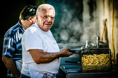 Man at work. (Andrepax) Tags: ritratto portrait cucina cucinare allaperto canon 6d 135mm f2 patatine chips sfocato bokeh