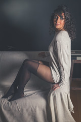 Lola (www.michelconrad.fr) Tags: bleu rouge canon eos6d eos 6d ef24105mmf4lisusm 24105mm 24105 femme modele portrait studio noir pose bas collants pull canapé tasse fondnoir