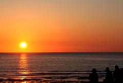 À espera de (antoninodias13) Tags: silhuetas tonalidades reflexos mar oceano atlântico sol céu dourados praia areal imensidão silêncio rumor ondas surf rotas caminhadas passeios maresia odores valadatelha aljezur batatadoce gastronomia turismo faro algarve portugal água
