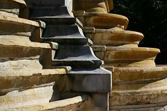 Fontaine sans eau mais à marches... (Pi-F) Tags: fontaine paris saint innocent pierre matériau angle architecture lumière étage rond pointu marche sec