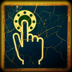 Push the Button (XoMEoX) Tags: button knopf zug train zugtüre door filter sony dscrx100m2 rx100m2 rx100 schild sign aufkleber sticker old alt türöffner riss risse crack cracks