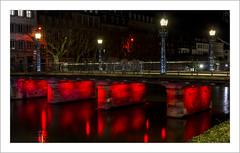 Le pont Sainte-Madeleine (Strasbourg) (Francis =Photography=) Tags: europa europe france grandest alsace basrhin strasbourg pont saintemadeleine pontstemadeleine nuit 67 éclairagenocturne nocturne night nacht lighting beleuchtung lampes lampesderue street streetlamps strasenlampen rue strase quai quaidesbateliers rivière river fluss ill rouge poselongue longexposure langebelichtung longueexposition reflets reflexion reflection rot red eau water wasser