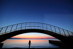 Pantone (Elios.k) Tags: horizontal outdoors people oneperson child bridge arch arc architecture metalstructure dusk bluehour silhouette sunsetcolors scenery seascape landscape calm serene sunset sunsetcolours water sea pagasiticbay reflection light sunlight bay island clear sky clouds weather colour color travel travelling august 2017 summer vacation canon 5dmkii camera photography milina μηλίνα πήλιο pelion thessaly greece ελλάδα
