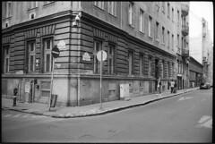 Budapest 2017 LXIV (__Daniele__) Tags: czarnobiałe schwarzweis blackwhite black white analogue analog film leica m6 rangefinder 35mm summicron 35to220 budapest street ungarn hungary apx400 agfa węgry macaristan magyarország