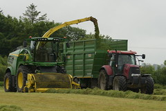 John Deere 8600 SPFH filling a Smyth Super Cube Field Master Trailer drawn by a Case IH Puma 160 Tractor (Shane Casey CK25) Tags: john deere 8600 spfh filling smyth super cube field master trailer drawn case ih puma 160 tractor rathcormac traktor traktori trekker tracteur trator ciągnik silage silage18 silage2018 grass grass18 grass2018 winter feed fodder county cork ireland irish farm farmer farming agri agriculture contractor ground soil earth cows cattle work working horse power horsepower hp pull pulling cut cutting crop lifting machine machinery nikon d7200
