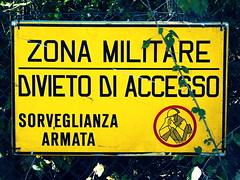 zona militare (annalobergh) Tags: zonamilitare cartello strada macro giallo