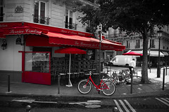 Red light of Paris (Pascalala) Tags: paris café coffeeshop vélo bike rue street streetphotography streetphoto îlesaintlouis desaturation rouge red france nikon nikond610 nikonafs28300f3556edvr blackandwhite blackwhite noiretblanc noirblanc brasserie restaurant photographiederue route road arbre tree boutique shop bâtiment building