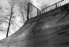 Skaterbahn (2) / Skateboarding course (2) (Lichtabfall) Tags: bw sw schwarzweiss blackandwhite buchholzidn buchholz skateboard skaterbahn monochrome monochrom einfarbig
