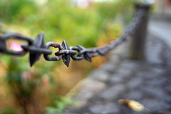 Straight to the Point (Howie Mudge LRPS BPE1*) Tags: sony sonya7ii sonyalpha sonyalphagang sonyilca77m2 7artisans35mmf2 fence chain object stilllife subject isolation post wall dof depthoffield bokeh bokehlicious bokehful primelens outside outdoors abstract
