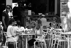 rencontre autour d'une table - meeting around a table (vieux rêveur) Tags: nb bw noiretblanc noir black negro blanc blanco white people personne femme women table bar pub street rue