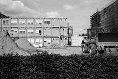 (Paysage du temps) Tags: 2018 20180604 allemagne berlin deutschland fp4 film germany ilford leicam6 summicron35mm chantier batiment tas sable sand pelleteuse godet haie algeco mercedesbenzarena