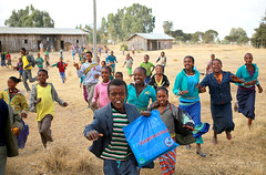 Sortie d'école.......... (jmboyer) Tags: eth2732 afriquedelest eastafrica géo yahoo travel voyage ©jmboyer lonelyplanet imagesgoogle googleimage nationalgeographic nationalgeographie viajes photogéo photoflickr photosgoogleearth photosflickr photosyahoo canonfrance canon flickr photo picture photography gettyimages lonely portrait face visage ethiopie ethiopia afrique africa etiopija googlephotos photos photoyahoo ኢትዮጵያ አፍሪቃ arbaminch