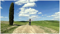 ... good summer everyone... (Augusta Onida) Tags: toscana tuscany italia italy leicam selfie stradabianca cipresso albero tree collina hill paesaggio panorama landscape nuvola cloud persone people augustaonida campagna country