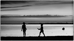 brothers and sisters (ingrid.lowis) Tags: bw schwarz weis monochrom strand meer f beach