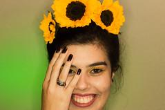 ILUMINISMO - Alegria (Simone Sattler) Tags: expressões sensações iluminismo alegria cores rosto flor girassol verde amarelo contraste mulher mujer woman guapa bela arte interpretaçao retrato luzes luz iluminar corpo pele interpretações dualidade mãos olhares abstrato minimalismo simplicidade essencia expressão sentimentos corporal interpretação pessoas retratos
