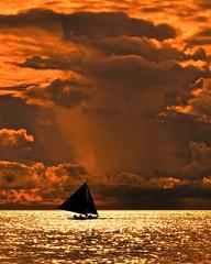 cloudy sunset, boracay beach (eric-foto) Tags: nikond800 boracaybeach philippines redsunset sunset coucherdesoleil boat cloud nuage sea mer océan sailing island îledeboracay visayas visayasoccidentales storm