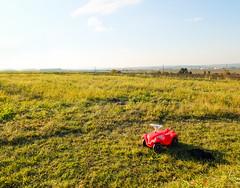 Offroad (CoolMcFlash) Tags: car toy landscape hayfield red green horizont horizon humor fujifilm x30 auto spielzeug landschaft wiese grün rot fotografie photography sky himmel bobby
