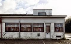het duivenlokaal (roberke) Tags: gebouw house huis windows ramen vensters door deur sky lucht clouds wolken outdoor old oud