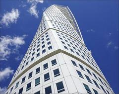 Turning Torso (Bert Kaufmann) Tags: skånelän skåne malmö architecture architectuur calatrava santiagocalatrava turningtorso wolkenkrabber skyscraper building gebouw blue blauw blueskies clouds wolken
