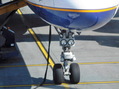 Icelandair 757-200 nose gear (kenjet) Tags: kef bikf keflavik airport ramp tarmac fi icelandair boeing 757 757200 jet plane aircraft aviation airline airliner nosegear landinggear light nose flugzeug