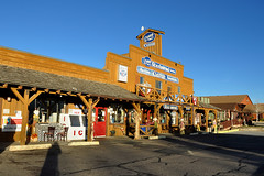 Tropic - Never Forget to Eat ! (Drriss & Marrionn) Tags: travel utah usa landscape landscapes mountains desert rock rockformation ridge cliff cliffs mountainside canyon brycecanyon red sand tropic diner clarkesrestaurant restaurant building road eatery sky