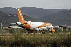 A 320-214 Easyjet ( rodando en Ibiza ) (ibzsierra) Tags: ibiza eivissa baleares canon 7d tamron 150600 g2 avion plane aviacion aviation airbus a320 a320214 easyjet pista rodadura oeizu